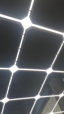 330 Solarzellen auf Autodach und der Karosserie