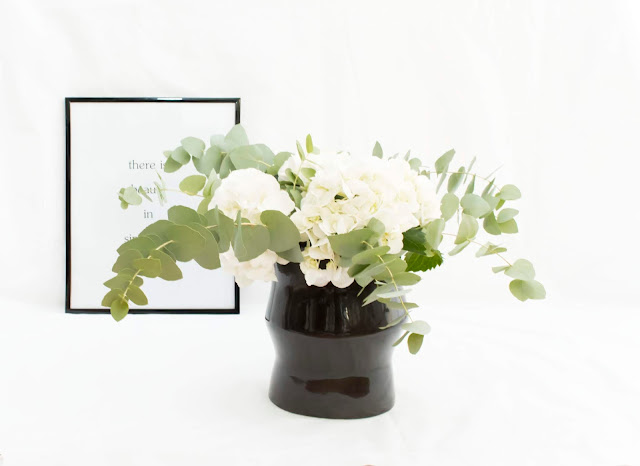 Jarra decorativa em cerâmica na cor preta com um lindo bouquet