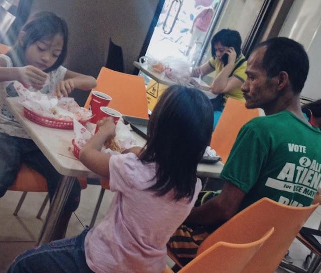 Padre pobre lleva a sus hijas a comer sin ordenar para él