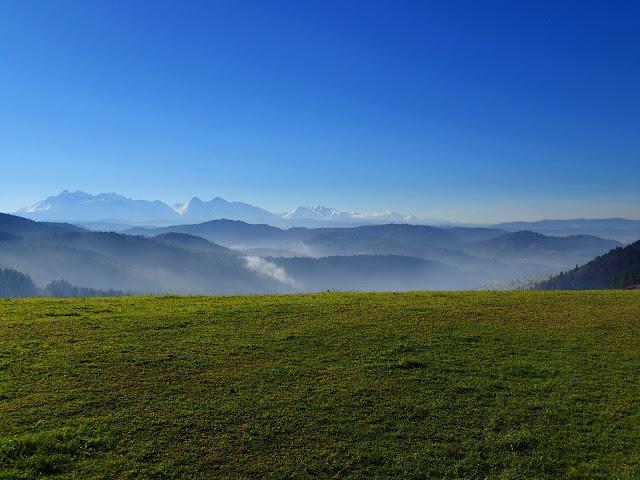 Słowackie Pieniny z widokami na Tatry Wysokie, białe o tej porze roku