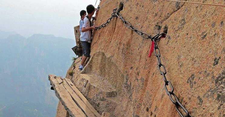 Hua Dağı son derece tehlikeli yürüyüş parkurlarının bulunduğu bir dağdır.
