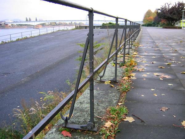 Bir demir bariyer çitinin destek demirlerindeki gariplik