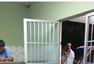 Após assalto a padaria e açougue, bandidos são presos com uma moto roubada, armas, munições , dinheiro e aparelhos de celulares em Tupanatinga no agreste do estado.