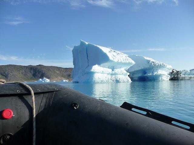 Navegant  prop de la gelera Qooroq