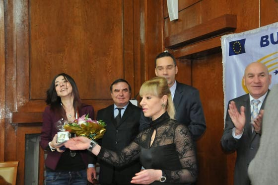 Източни бойни изкуства Бургас - награждаване на Камелия Колева