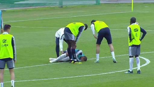 Vidéo - Mondial 2018: Kylian Mbappé blessé après un choc avec Adil Rami