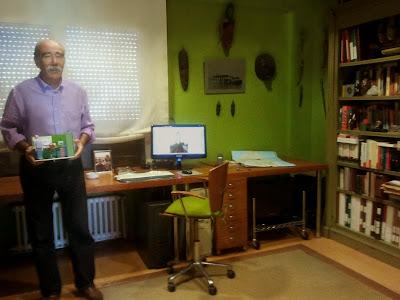 ¡Qué bien! Paco nos muestra una foto en la que aparece en su despacho viajero con su maqueta. Aquí podéis apreciar la precisión y similitud entre la maqueta y la habitación real: ropa del personaje, color de las paredes, muebles, objetos existentes, etc