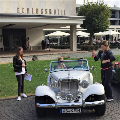 Equipe de reportagem da N-TV: na Alemanha a imprensa tradicional não faz pouco caso dos carros antigos.