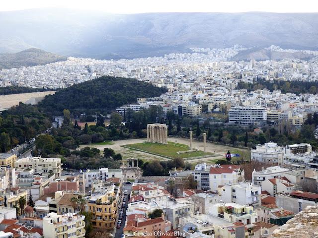 widok na greckie miasto Ateny na budynki drzewa i punkty archeologiczne