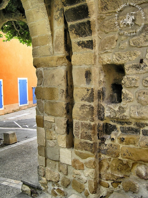 VILLEDIEU (84) - Remparts médiévaux
