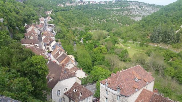 An einer tiefen Schlucht kleben die Steinhäuser der Stadt.