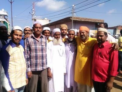 बैराड़ में भी मुस्लिम भाइयों ने बांटी खैरात