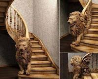 leon tallado en escalera de madera