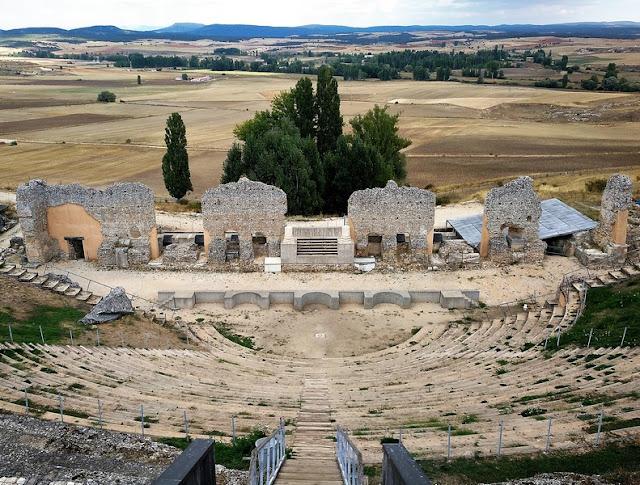 Escenario del Teatro romano de Clunia visto desde el graderio