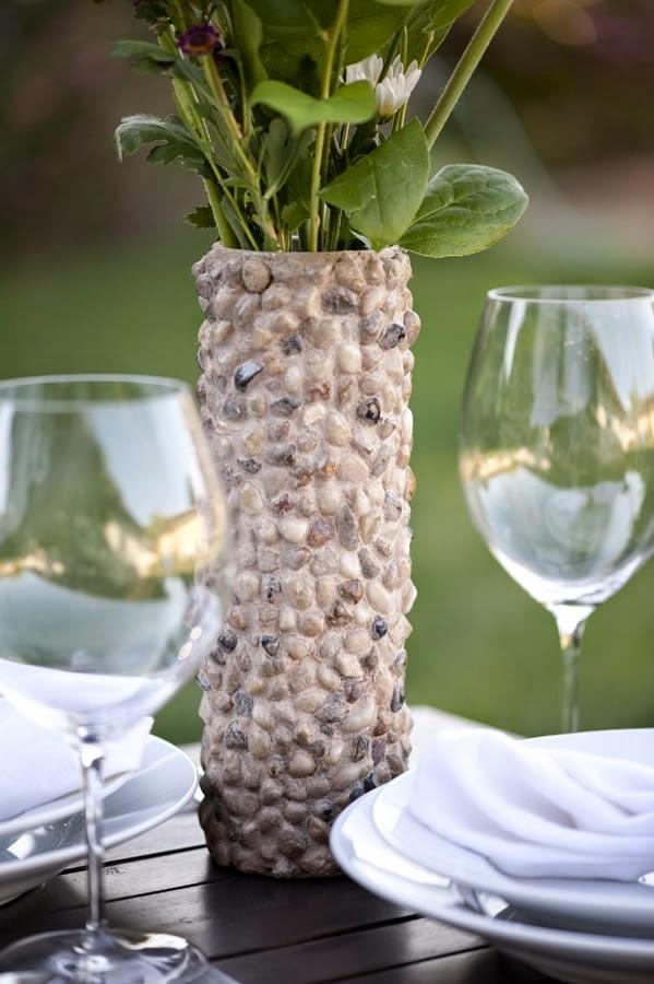 C mo hacer un florero con piedras reciclando un tubo de - Como hacer jarrones de papel ...