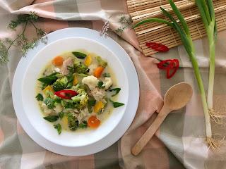 Asijská kuřecí polévka s kokosovým mlékem a zeleninou