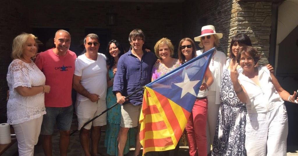 Resultado de imagen de Puigdemont y su bandera