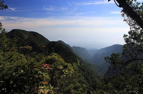 5 Daftar Gunung Paling Angker di Pulau Jawa