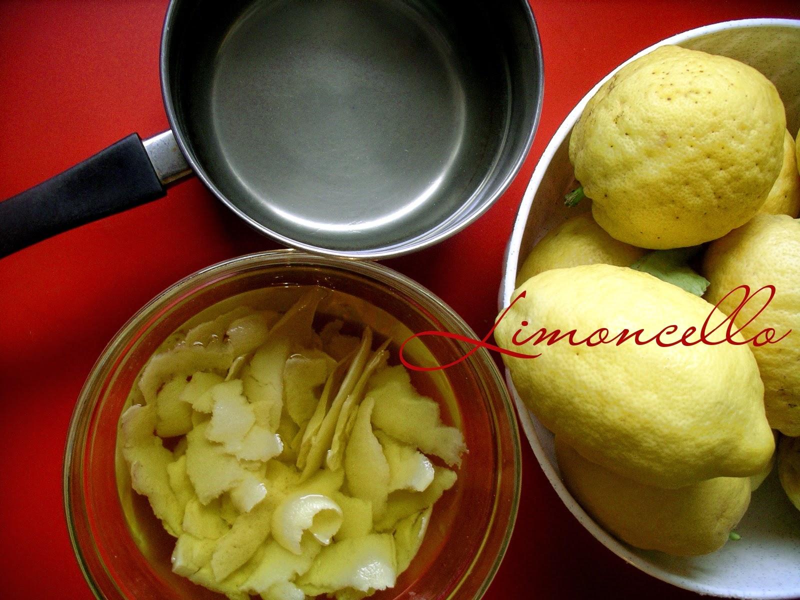 la ricetta del limoncello fatto in casa di soli limoni alcool acqua e zucchero