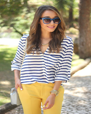 outfit de primavera con blusa de rayas casual tumblr de moda mujer mayor