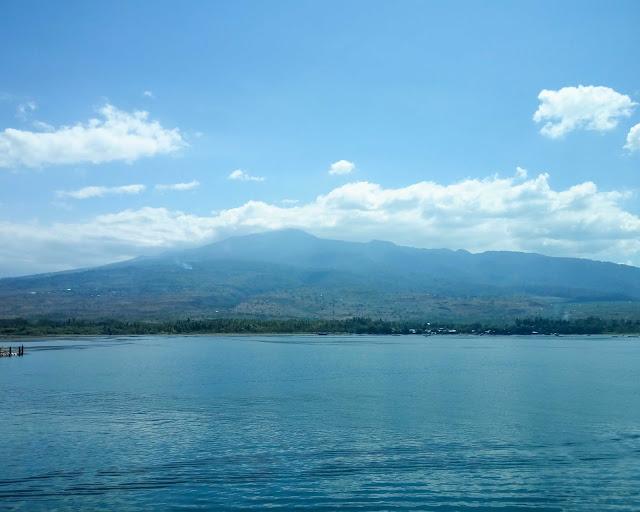 Gunung Rinjani dari kapal ferry. Source: jurnaland.com