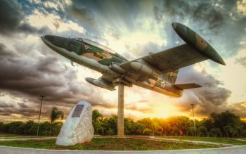 Wallpaper: Aircraft monument