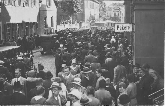 Alte Bebauung östlicher Teil Darmstädter Straße, nördlich des Rodensteiner Hofes (Hintergrund), gegenüber der alten Post, Foto entstand anlässlich des 3. Bergsträßer Winzerfestes 1932, Nachlass Joseph Stoll, lfd. No. NLJS_00026