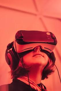 seorang gadis menggunakan teknologi virtual reality di kepalanya
