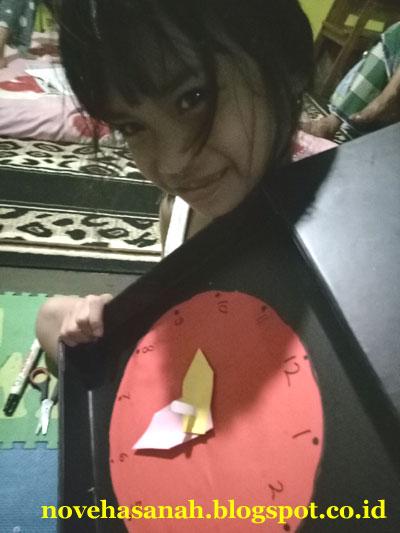 Beberapa waktu yang lalu anak saya Alifa kesulitan belajar tentang materi jam (waktu). Saat ini dia sekolah di jenjang SD (sekolah dasar). Nah untuk mempermudah belajarnya, kami membuat media pembelajaran sederhana. Kebetulan di rumah ada bekas kotak sarung bapaknya. Ditambah beberapa bahan penunjang lainnya dan peralatan sederhana, jadilah media pembelajaran untuk SD berupa model jam tersebut.