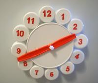 reloj hecho con tapitas recicladas