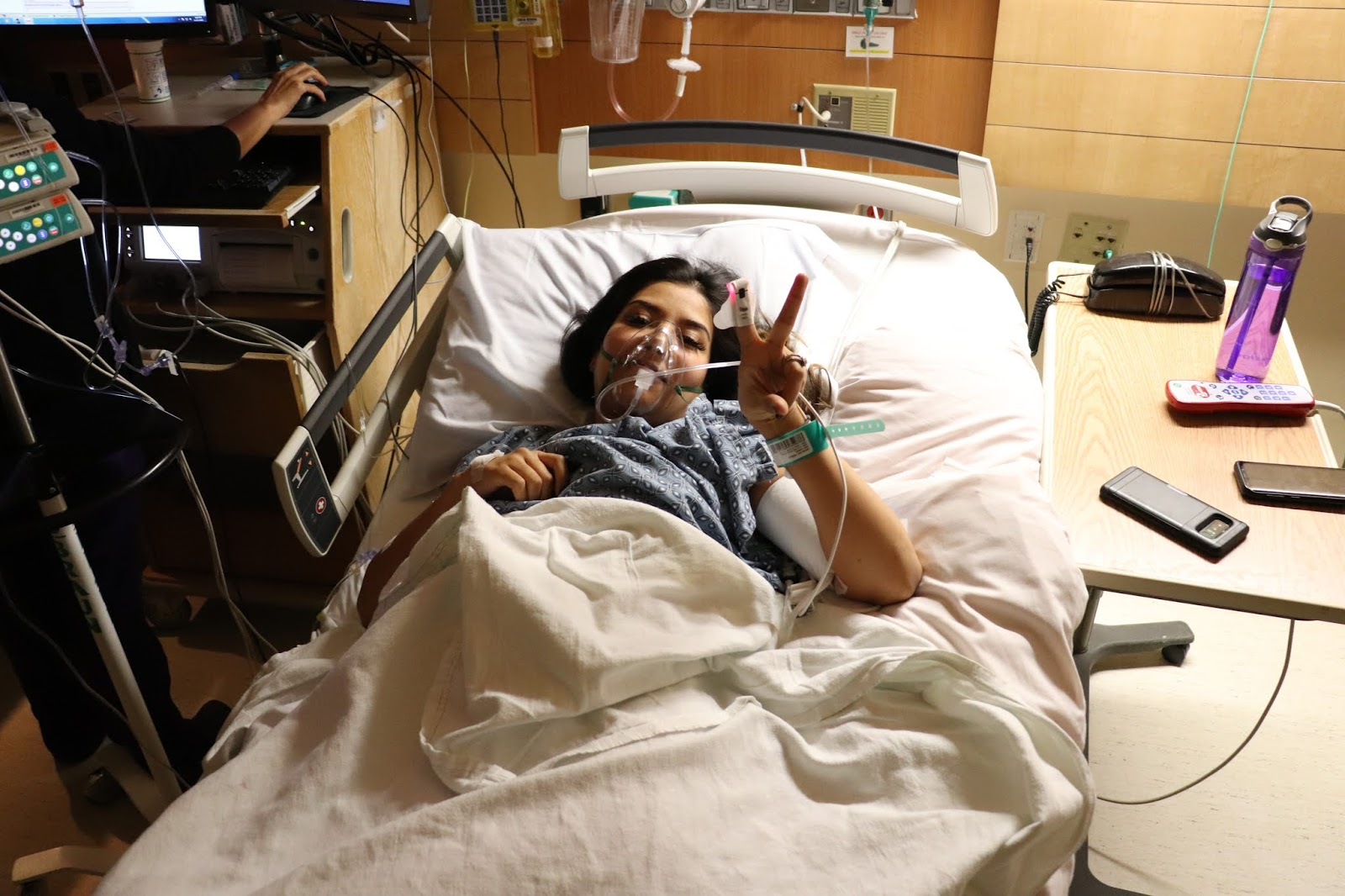 peace_sign_while_in_hospital_bed_with_oxygen_mask