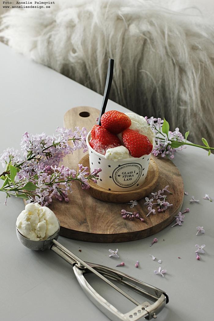 annelies design, webbutik, glass, glassbägare, bägare, engångs, engångsartiklar, jordgubbar, vaniljglass, servering, skärbräda, skärbrädor, inredning, kök, fårskinn, svart, sked, svarta skedar, fat av ek, glasunderlägg, underlägg, ek,