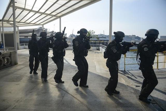 Bope faz treinamento simulado em barca no Rio de Janeiro