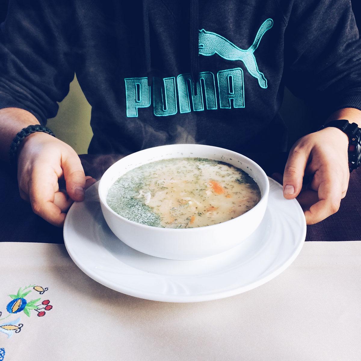 Zupa rybna z Nordy z kawałkami łososia, dorsza i pstrąga.