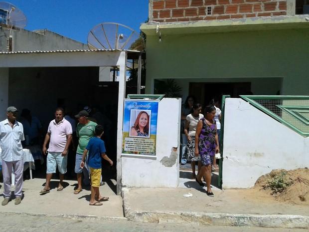 Professores do município de Guajeru foram veladas na manhã desta quinta-feira (25) (Foto: Edson Nunes / TV Sudoeste)