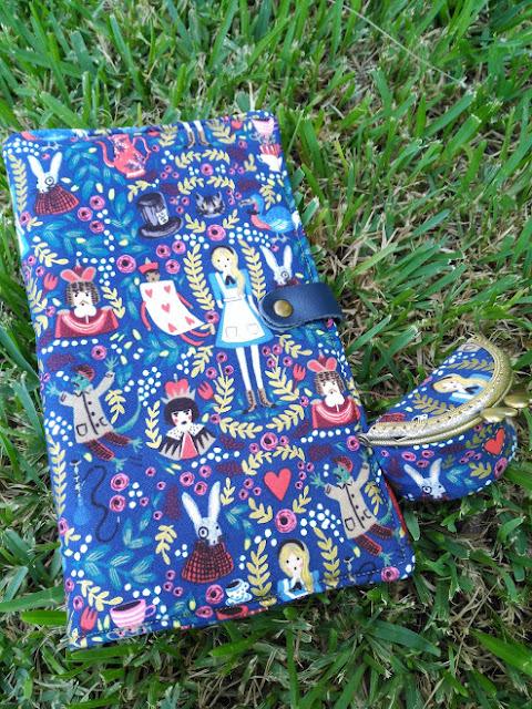costura, couture, sewing, portadocumentos viaje, compagnon de voyage, Alice in Wonderland, Alicia en el País de las Maravillas