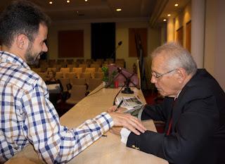 Ο Δημήτρης Κωνσταντάρας υπογράφει το βιβλίο του Βαγγέλη