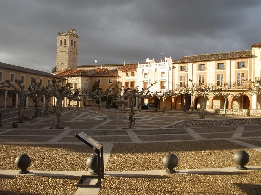 Rodeado por soportales, forman un conjunto de arquitectura popular junto con el castillo