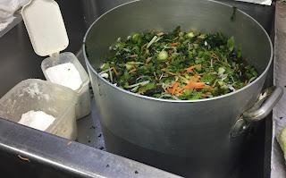 青菜にニンジン、大根、塩、砂糖を混ぜる。