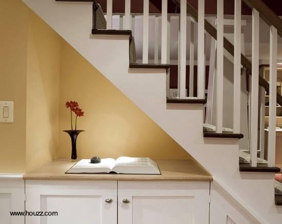 Mobiliario bajo escalera interior
