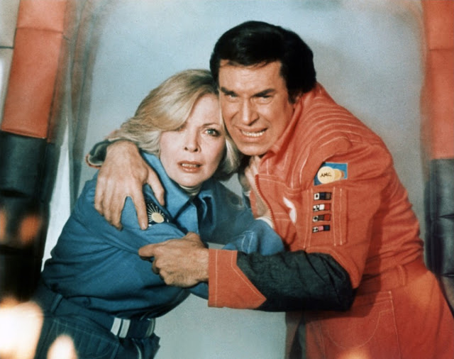 LACN-barbara bain dans les bras de martin landau dans cosmos 1999