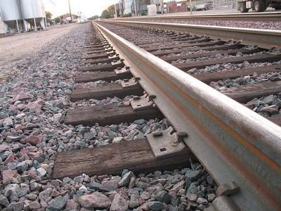 Você sabe o Por que colocam pedras entre os trilhos de trem?