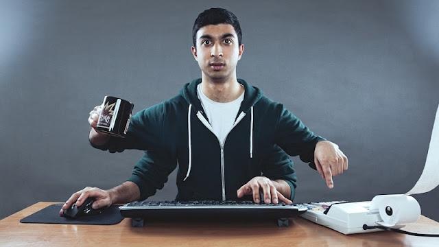 ilustrasi seorang pria sedang belajar dengan cara multitasking