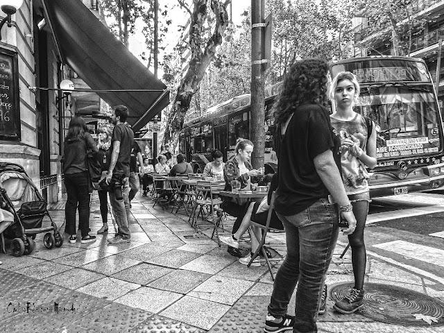 B&N. Gente en una esquina conversando