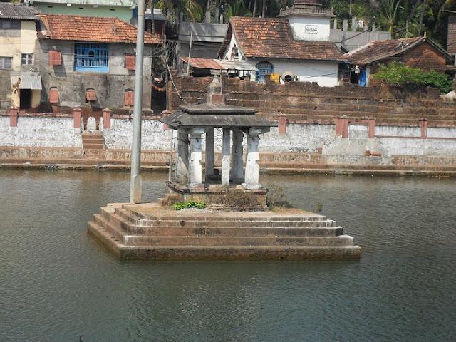 Индия Гокарна India Gokarna островок посредине священного водоема island in the middle of the sacred lake