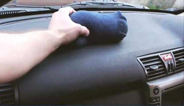 pune o soseta in masina pe timpul iernii