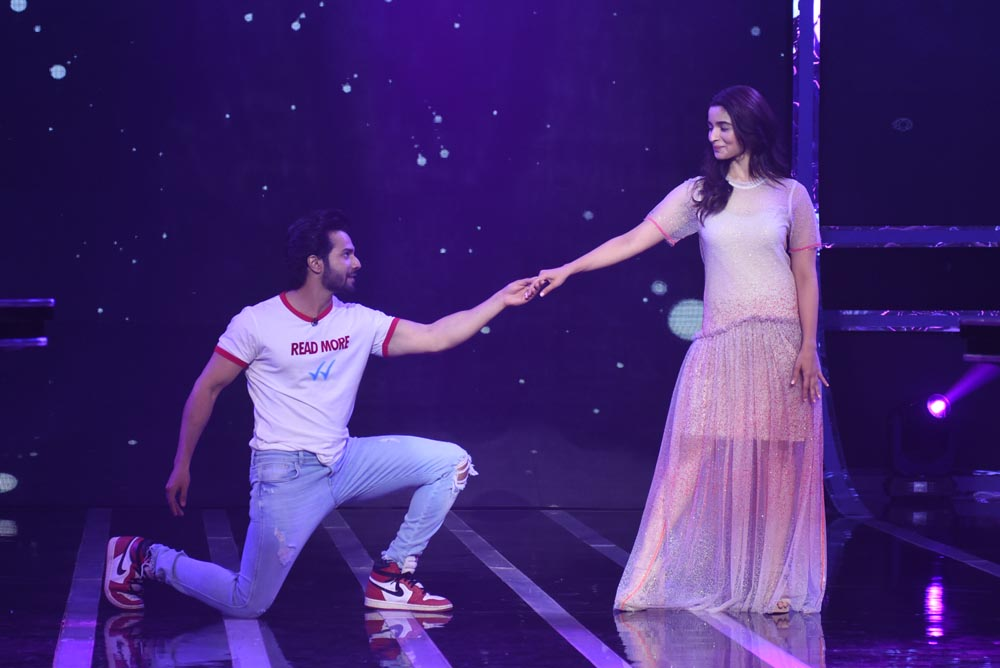 Varun Dhawan and Alia Bhatt dancing on Common Wala Sense song