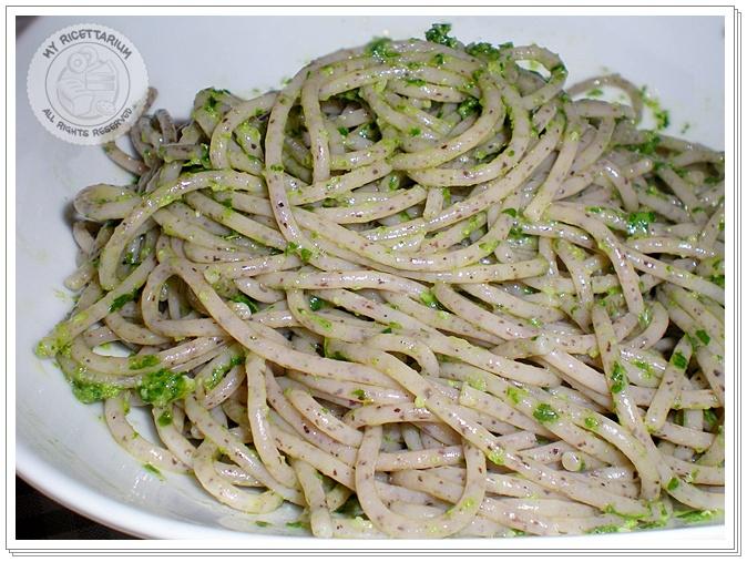 Spaghetti con grano saraceno al pesto di prezzemolo