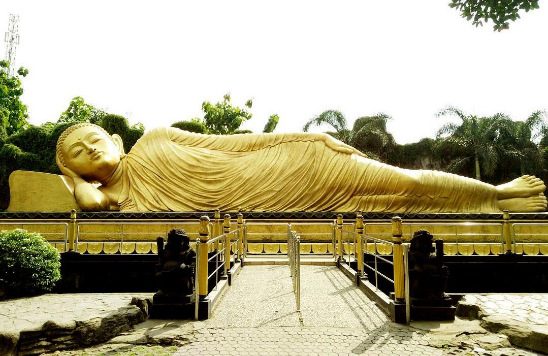 Tempat Wisata Patung Buddha Tidur di Mojokerto