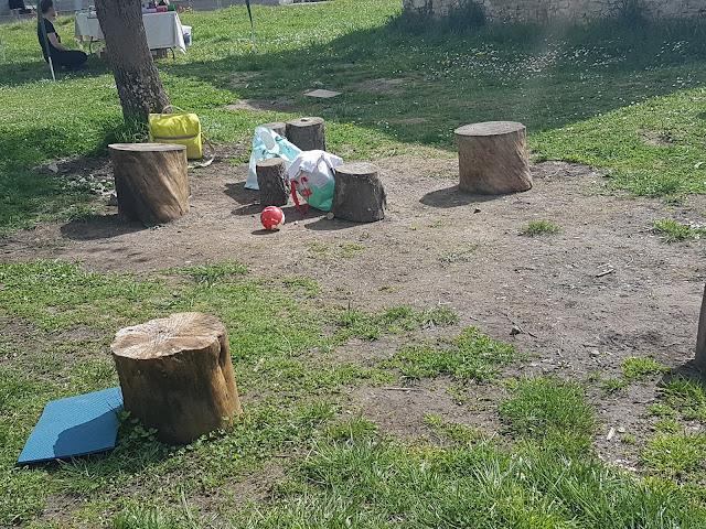 espacio de juego con troncos